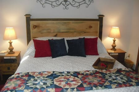 Steve's Charming 1 bedroom King Suite in the Barn