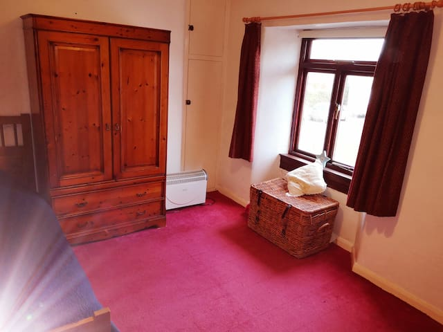 Single room in quiet 1750s cottage, Hullavington