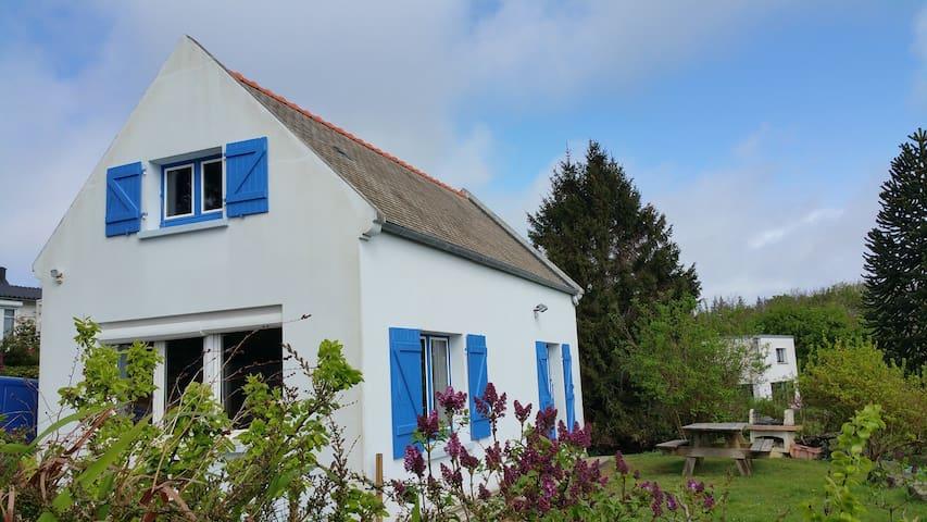 Tranquille maison volets bleus vue mer du salon - Roscanvel - Dom