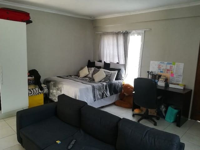 Open Plan Double RoomSized Bachelor in Bloubosrand
