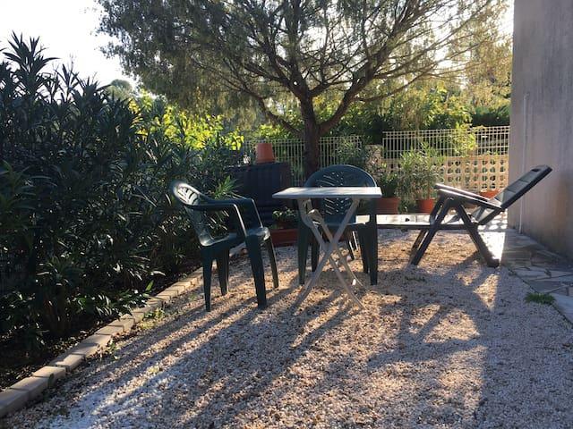 Grand studio avec jardinet au calme