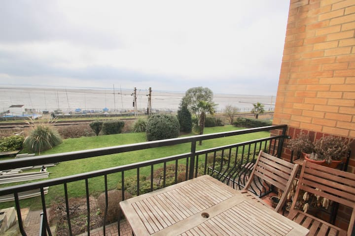 Stunning Estuary Views  Seafront Apartment