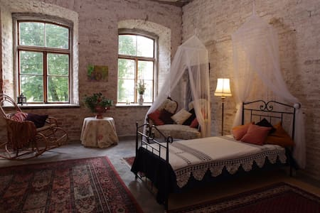 Romantic room in a Historic Manor Home