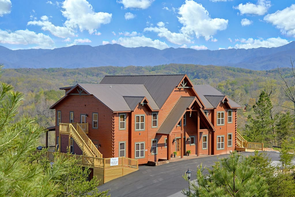 18 Bedroom W Indoor Pool Sleeps Up To 84 People Cabins For Rent In Sevierville Tennessee
