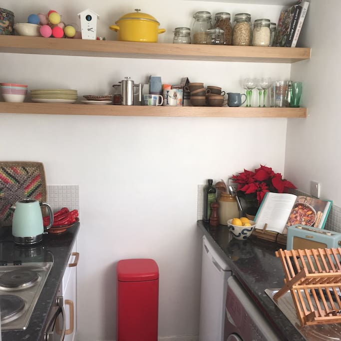 Kitchen with all the essentials, a cafetière, nutri ninja smoothie maker and Roberts radio
