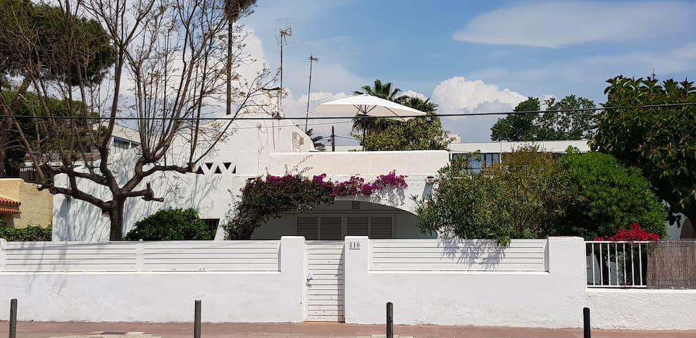 Casa estilo ibizenco a pocos metros de la playa