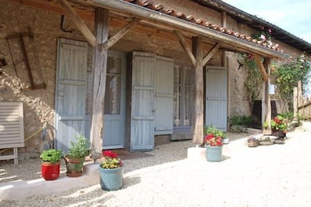 Cottage with pool Charente/Dordogne border - Juignac - บ้าน