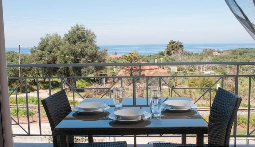 Maisonette with garden/nice view/close to the sea. - Kyparissia - Casa