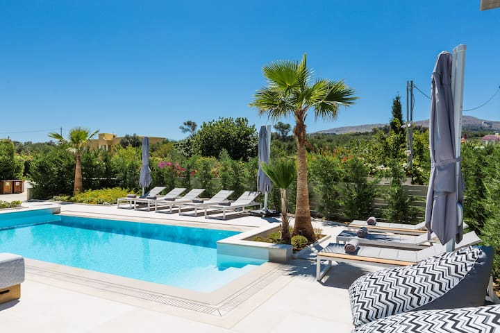 Amazing outdoor area, with a 36 m2 private swimming pool .