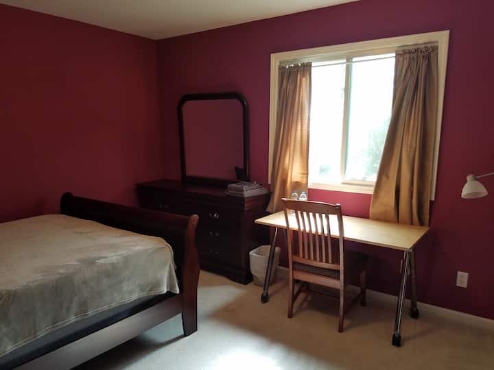 North Campus Queen Room (week/monthly)