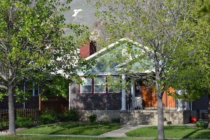 No Cleaning Fee 2 bedroom Basement Bungalow