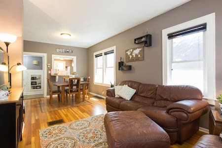 2 Bdrm + Loft Downtown, Cozy & Convenient - Hus