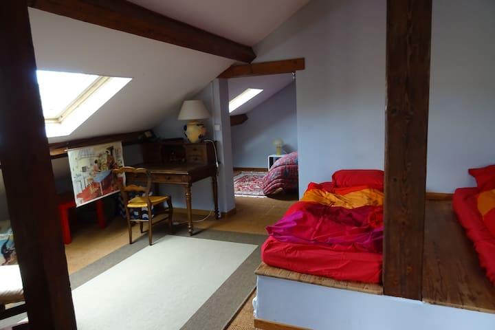 Chambre 3 dans les combles avec 2 lits en 90/190 posés sur une estrade en bois. Velux et store obscurcissant. Elle jouxte la chambre 4 mais il n'y a pas de porte entre les 2.