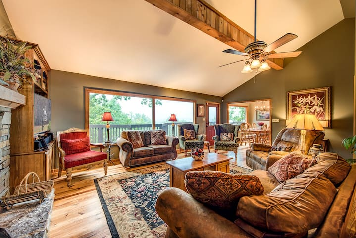 Stand In Awe, 4 Bedrooms, Sleeps 8, Fireplace, Views, Pool Table, Hot Tub