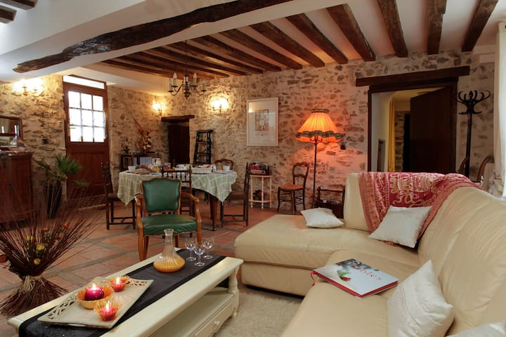 Ferme Historique Jean dela Fontaine - Chierry - Bed & Breakfast