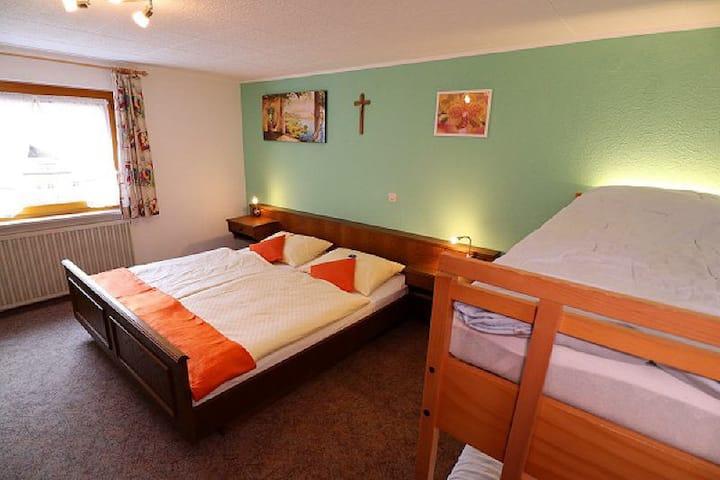Ferienhaus Beyermann, (Schonach), Ferienwohnung 3, 85qm, 2 Schlafzimmer, max. 6 Personen