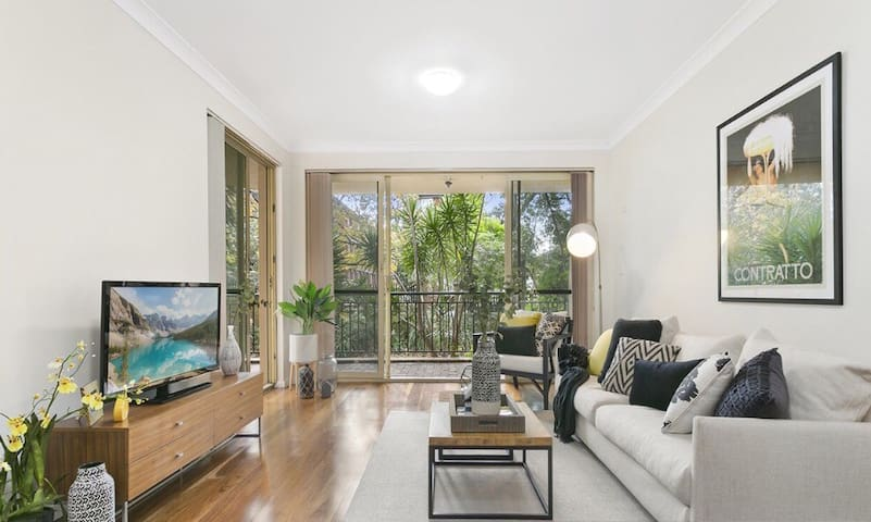 Large private room close to Airport and CBD