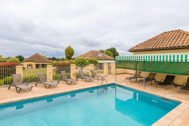Moderna casa de vacaciones en el país de Aquitania con piscina