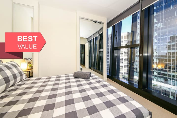 A Cozy CBD Suite on Collins with a Pool & Gym