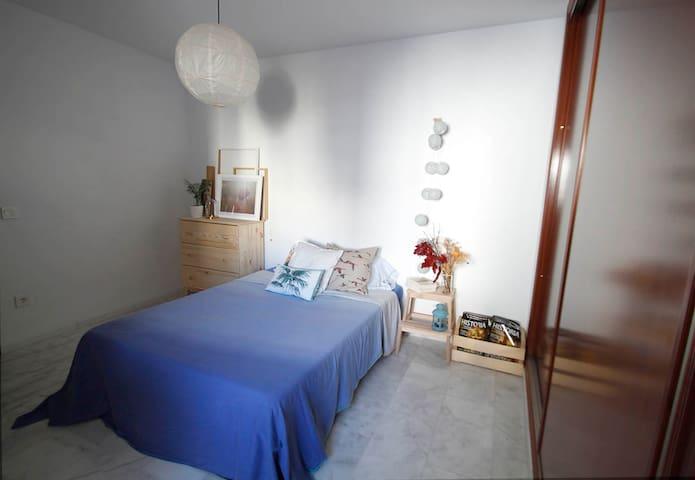 Acogedora y luminosa habitación en Antequera.