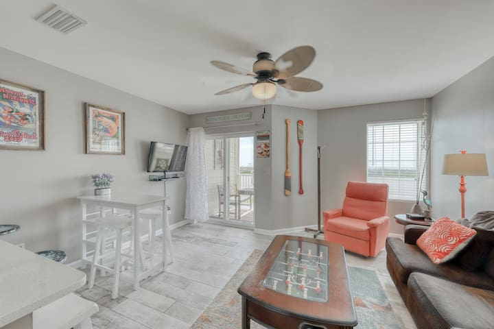 Spacious condo across from the beach w/ Gulf/bay views & a shared pool!