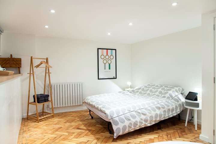 New, private self-contained studio with parking - London - Hus