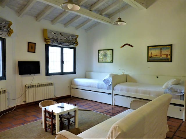 Habitación de niños con 3 camas nido / Children's bedroom with 3+3 beds