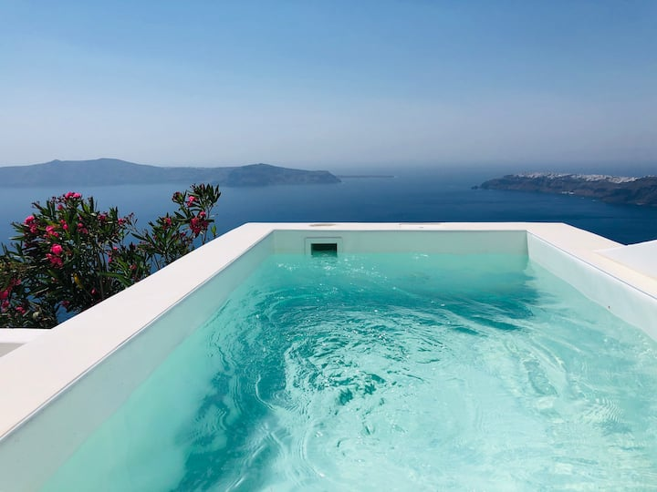 'Aether suite'  in Imerovigli with hot tub