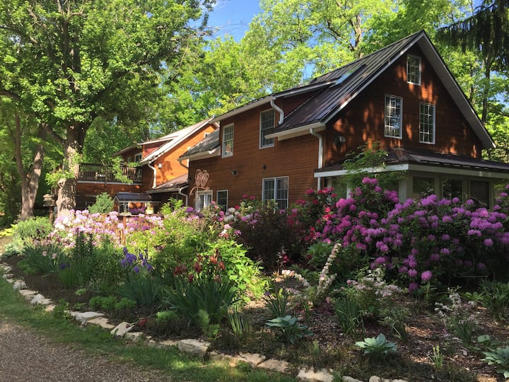Stunning Inn on 30 Acres- Pool/River/Trails/Farm