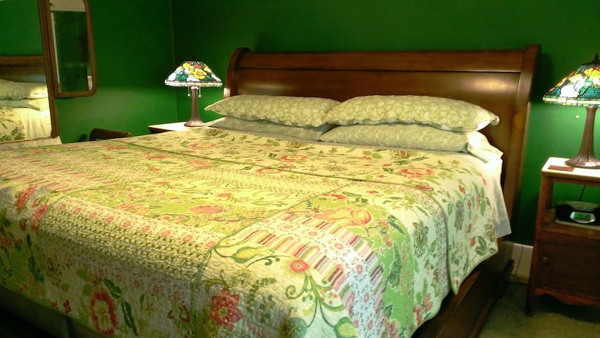Romantic Bungalow B&B, Organic Bkfst, King, PVT Ba - Eastsound - Bed & Breakfast
