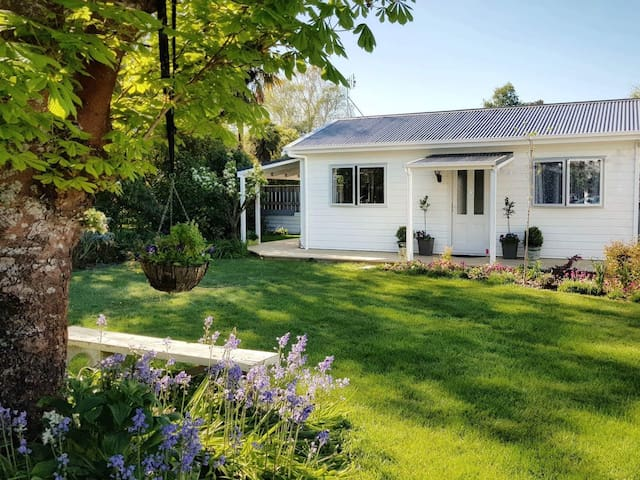 Laurel Cottage; boutique style, peaceful & garden