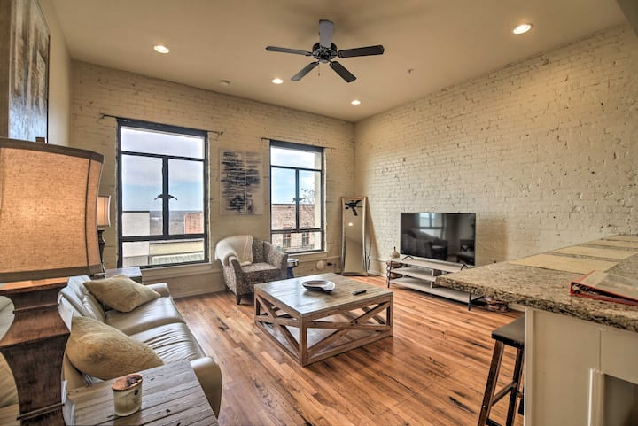 NEW! Comfy Dtwn Condo w/ Patio Access in Vicksburg