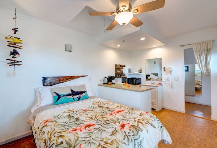 Pineapple Studio Apartment- 5 minutes to beach