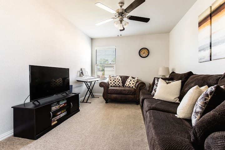 2BR + 1BTH + Lounge | 5 mi to Downtown Fort Worth