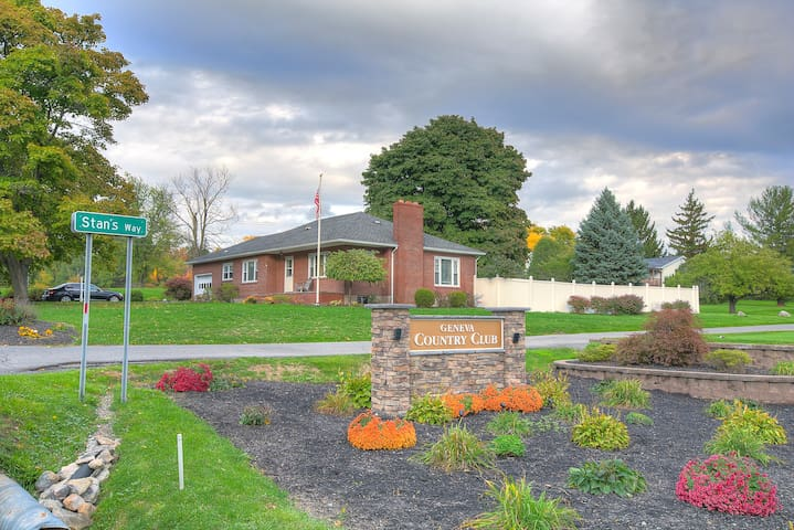 Finger Lakes Ranch next to Belhurst Castle - Geneva - House