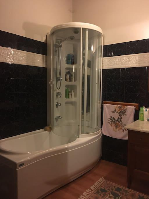 Vasca e doccia idromassaggio. Jacuzzi shower.