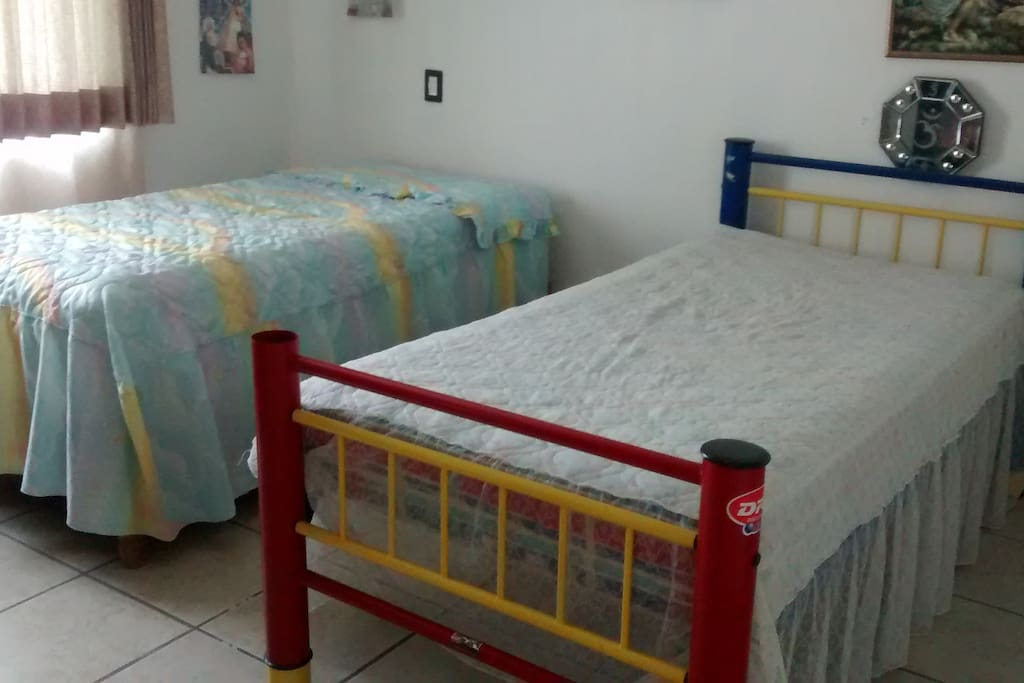 Amplia recamara con 2 camas individuales.