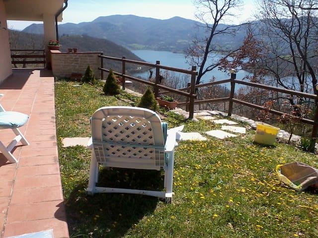 Villa lago del Turano vicino Rieti.