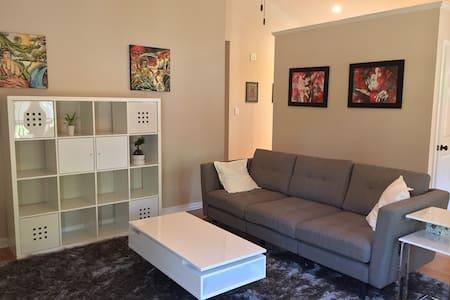 Clean, Artsy, Modern Smart Home! - Arden - บ้าน