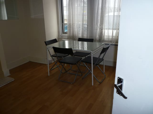 large ground floor 2 bedroom flat in Colindale - Edgware - Huoneisto