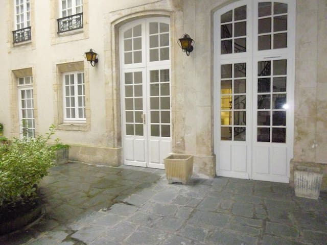 SOURCELLERY, lovely, center, close private carpark - Bayeux - Apartemen