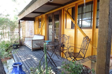 Funky Railway Garden Cottage - Hilton