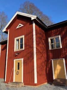 Trivsamt hus i vacker bruks- och herrgårdsmiljö