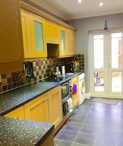 2 Bedroom House in Bebington, Wirral - 버컨헤드(Birkenhead) - 단독주택