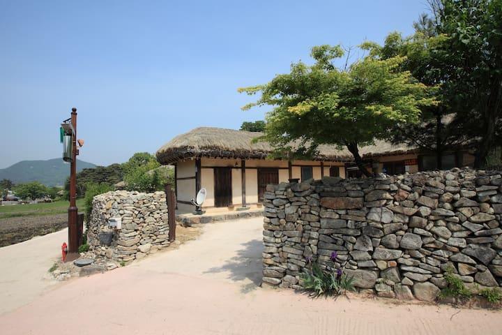 창표네민박, 살아있는 민속박물관 외암마을의 농가민박 - Songak-myeon, Asan-si - Talo