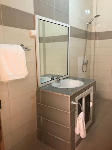 Salle de bain visiteurs
