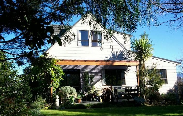 Beachcroft Group of Three or Four - Motueka - Bed & Breakfast