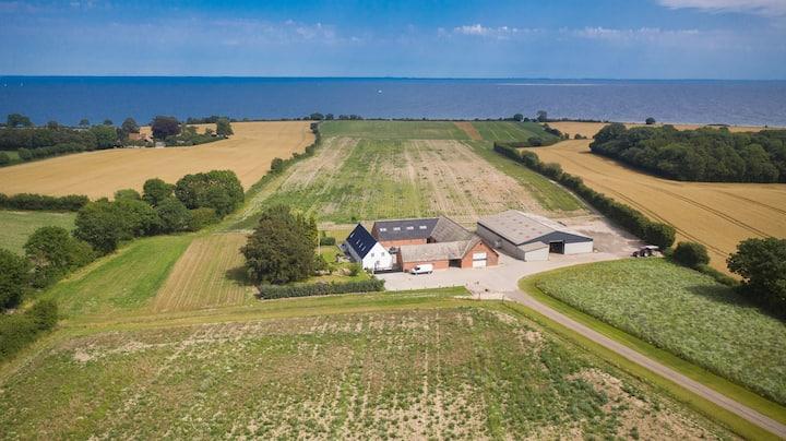 Oplev dansk idyl i moderniseret gård med havudsigt