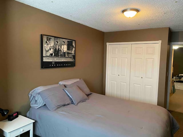 Nice Furnished Room Available - Cleaning Included