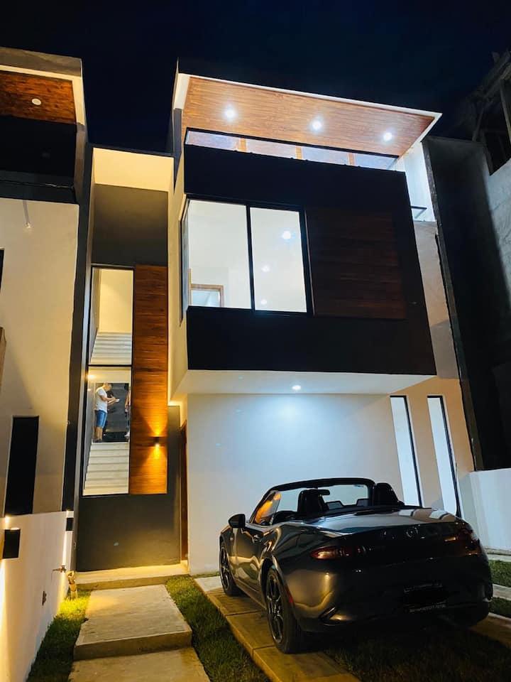 Casa de 3 pisos con vista panorámica y Gym privado